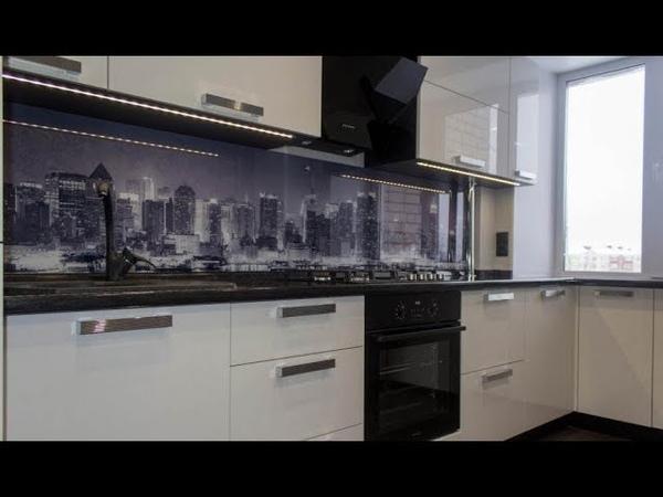Черно-белая кухня 10 кв. м с глянцевыми фасадами и фартуком из стекла