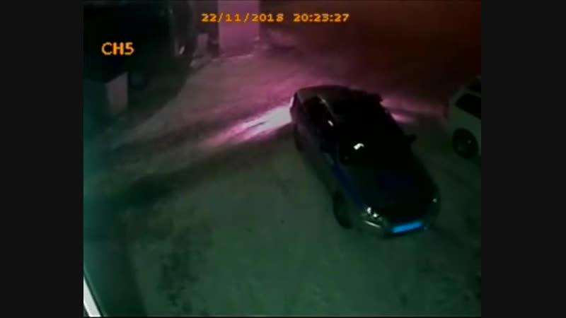 В Улан Удэ два инспектора ДПС помыли машину но заплатить 200 рублей за услугу отказались Взамен они предложили владельцу автом