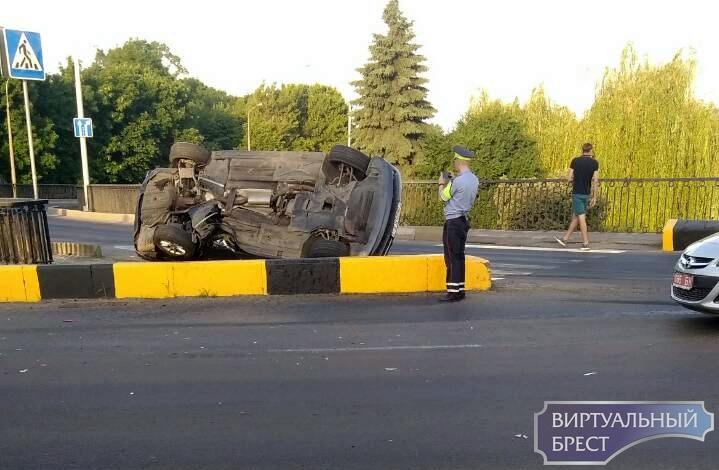 В Бресте на спуске с путепровода перевернулся автомобиль БМВ