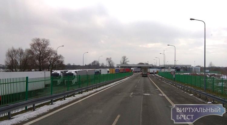 Водители жалуются на огромные очереди в ПП Козловичи. Таможня парирует