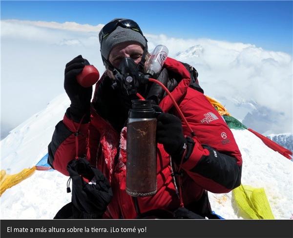 Экспедиция на Эверест. 23 мая 2016 огнем выжжено в памяти Факундо Араны. В этот день он дошел до вершины Эвереста, крыши мира, и в этот день он крикнул на весь Твиттер: Вершинаааа, право