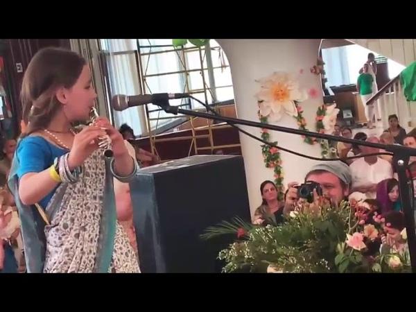 Радха Сакхи играет для ЕС Индрадьюмны Свами на Вьяса-пудже