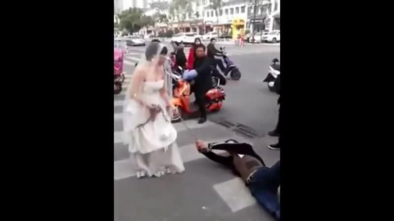 Китайская невеста тащит в цепях жениха в загс
