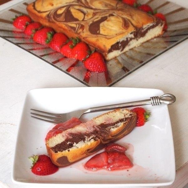 Нежный мраморный пирог с клубничным соусом