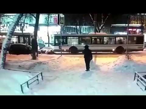 Мать с двумя детьми попала под автобус