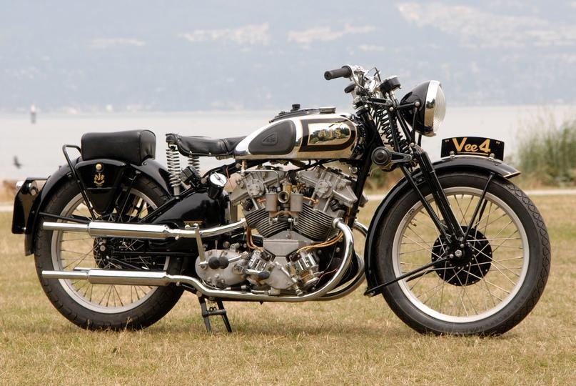 Старинный мотоцикл AJS V4 (реплика)