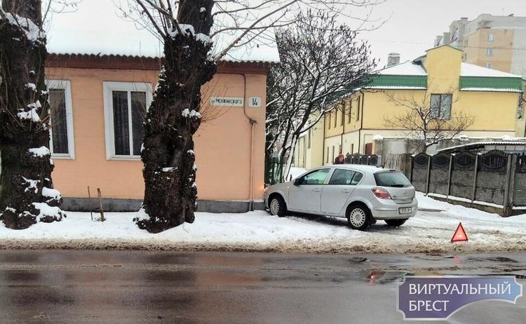 """Знаменитый на весь Брест """"07-35"""" попал в небольшое ДТП на ул. Менжинского"""