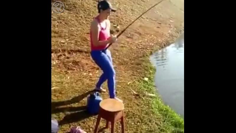 Девушка рыбачит
