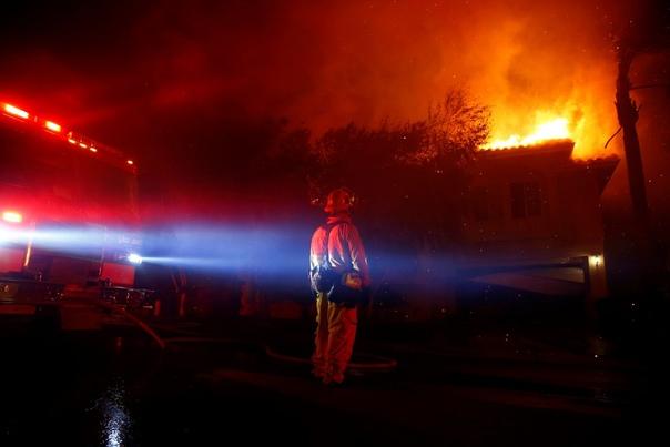 Ад в раю: лесные пожары в Калифорнии Сильные лесные пожары начались 8 ноября на севере штата Калифорния, США. Огонь быстро распространяется, этому способствует сухая и ветреная погода в регионе.