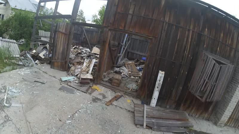 Каспий крайне опасная заброшка заброшенное деревяное здание со свободным доступом по соседству с жилыми домами