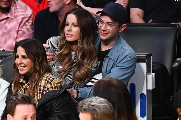 Кейт Бекинсейл подшутила над фанатами, которые приняли ее молодого друга за сына В последнее время фанатов 45-летней Кейт Бекинсейл все чаще интересует ее личная жизнь, и на днях актриса в