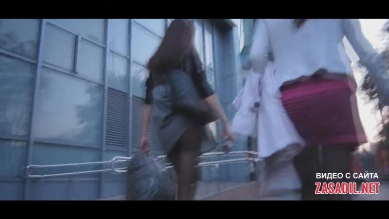Девушка сумкой случайно задрала себе юбку