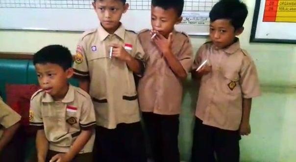 В начальной школе города Сукабуми, Индонезия, группу 8-летних пацанов застукали на детской площадке за курением. Вместо того, чтобы вызвать родителей или прочитать нотацию, директор, Тати Маэлати, выстроил мелких в своем кабинете и заставил выкурить еще б