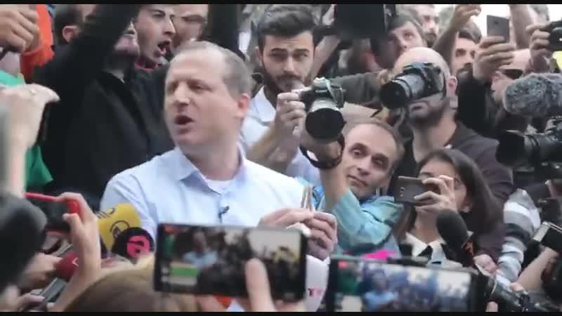 Зураб Джапаридзе, кандидат в президенты Грузии, раздал людям косяки с марихуаной после чего был задержан полицией...
