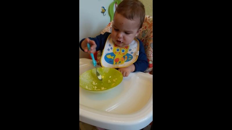Наконец-то наш мужчина кушает самостоятельно 😊Кушает долго, не очень аккуратно, но главное что САМ frolovfamily frolovmylove