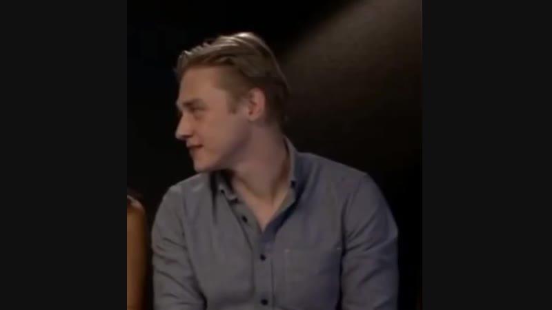 Бен смеется на интервью