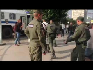 В центре Казани силовики начали разгон акции протеста