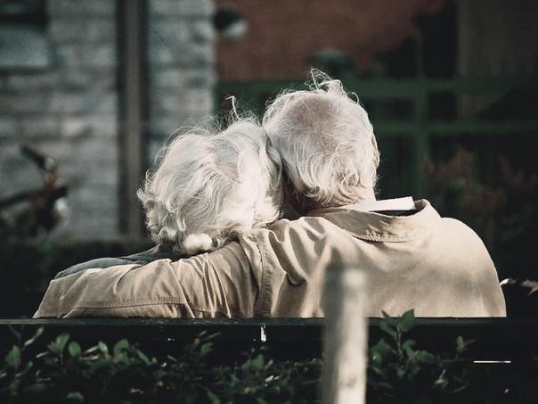 старики-разбойники они очень любили жизнь. и жили. долго и плохо. они могли бы жить лучше, но для этого надо было красть, ловчить или – хуже того – унижаться перед теми, кто мог значительно