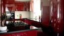Дизайн угловой бордовой кухни с окном с островом в частном доме