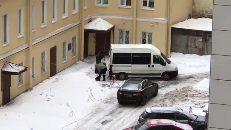 Два неустановленных лица воруют снег в Санкт Петербурге Куда звонить спрашивает автор видео