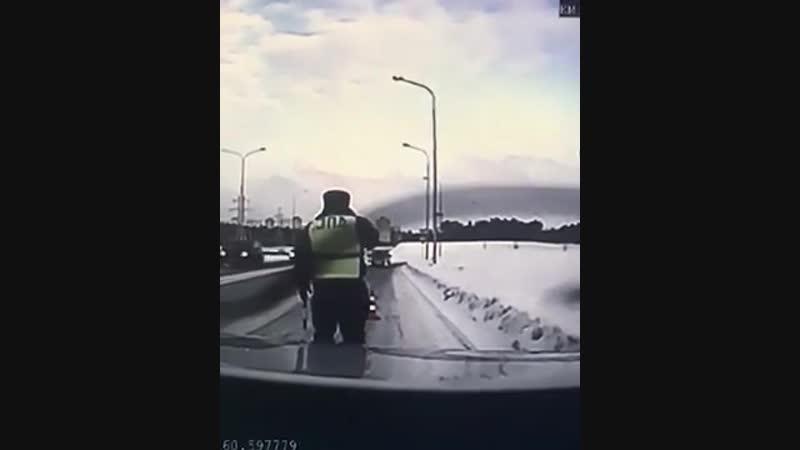В Екатеринбурге сотрудник ДПС в последний момент успел увернуться от летящей на него фуры.
