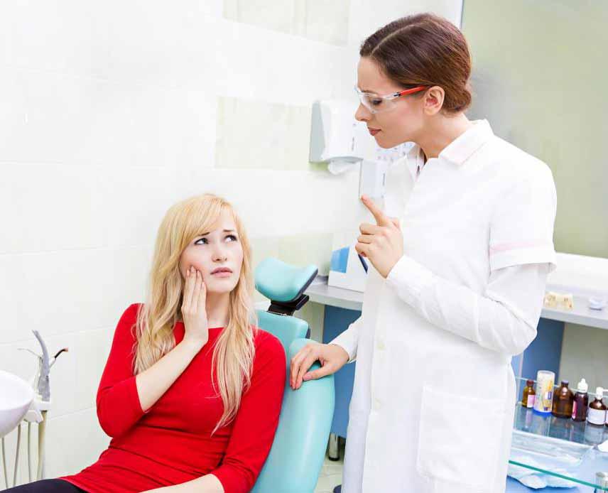 Боль и припухлость во рту и челюсти являются симптомами перикоронтита.