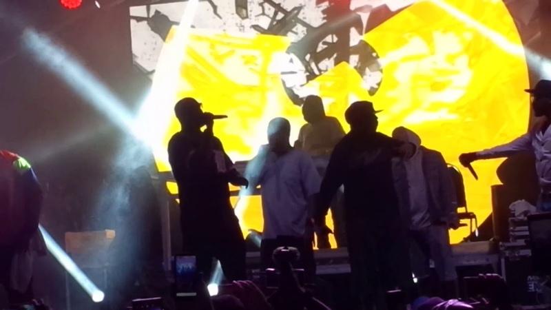 Wu-Tang Clan исполнили Bring Da Ruckus в Китченере, в рамках тура в честь 25-летия альбома «Enter The Wu-Tang (36 Chambers)». (29 июля 2018 г.)