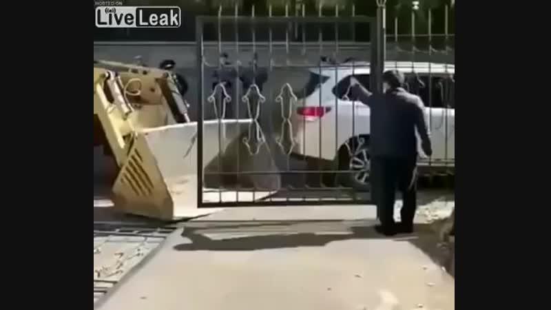 Безмозглый рабочий получает по голове забором.