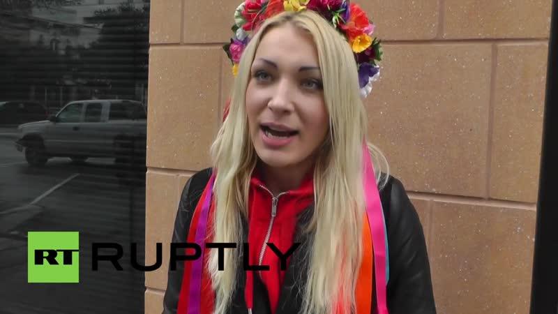La Femen Inna Shevchenko chienne de garde du juif Soros déchire la Bible
