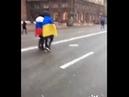 В центре Киева смельчаки устроили акцию дружбы с российским флагом