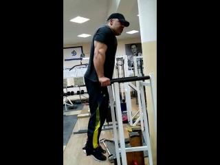 Упражнение - отжимания на брусьях. Техника выполнения упражнения для трицепса и грудных мышц.