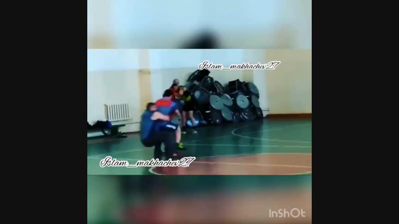 Абдулманап Нурмагомедов. Играет в баскетбол со своими учениками