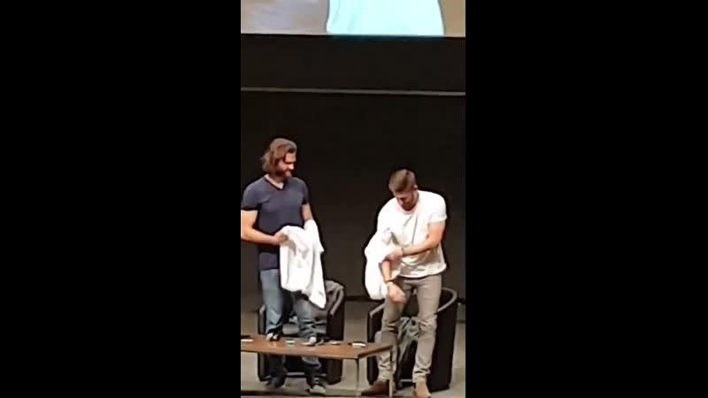 Джеи снимают футболки на субботней панели во время аукциона
