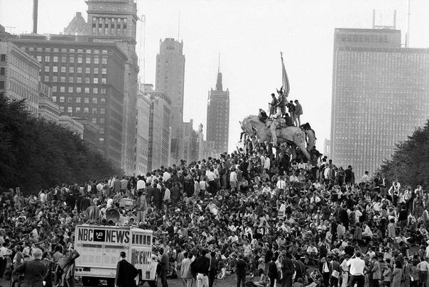 ВОССТАНИЕ В 1968 ГОДУ В США В 1968 году одиночным выстрелом из винтовки был убит Мартин Лютер Кинг. Пуля прошла через правую часть шеи и глотку, потом, пройдя через спинной мозг, остановилась в