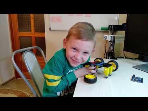 Камиль собирает робота Bumblebee Lego Autobot