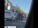 Патрульная полицейская Кременчуга прокалывает резину ножом