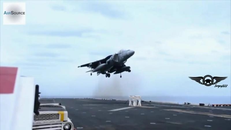 Перед посадкою на авіаносець у Harrier не вийшла передня стійка шасі. Йому підставили ослі.mp4