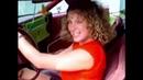 Woman cranking oldsmobile barefoot pedal pumping Kadın marş basıp çıplak ayakla pedallıyor
