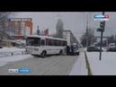 Автобус снес забор и заблокировал движение на проспекте Строителей