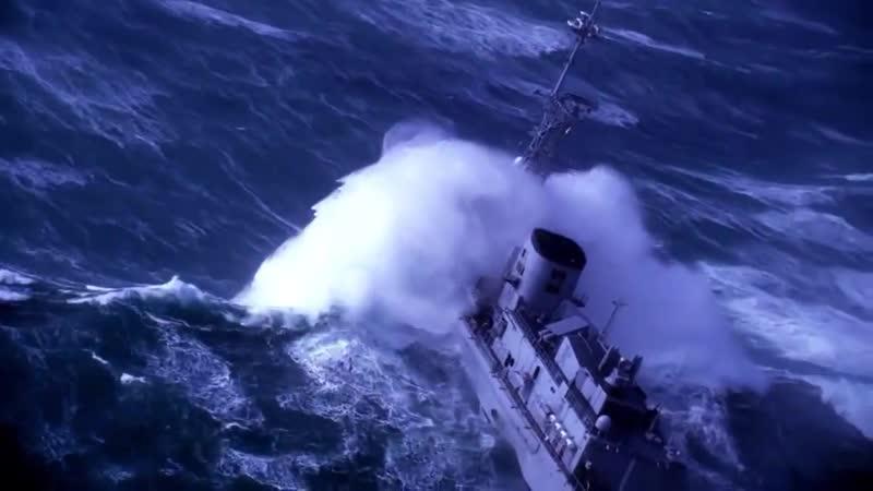 Военный корабль попал в шторм