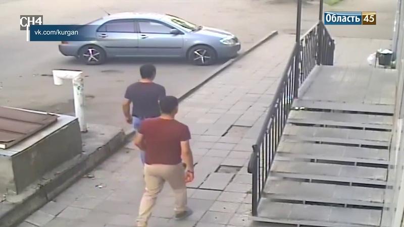 В центре Кургана двое мужчин вырвали с корнем цветы из клумбы
