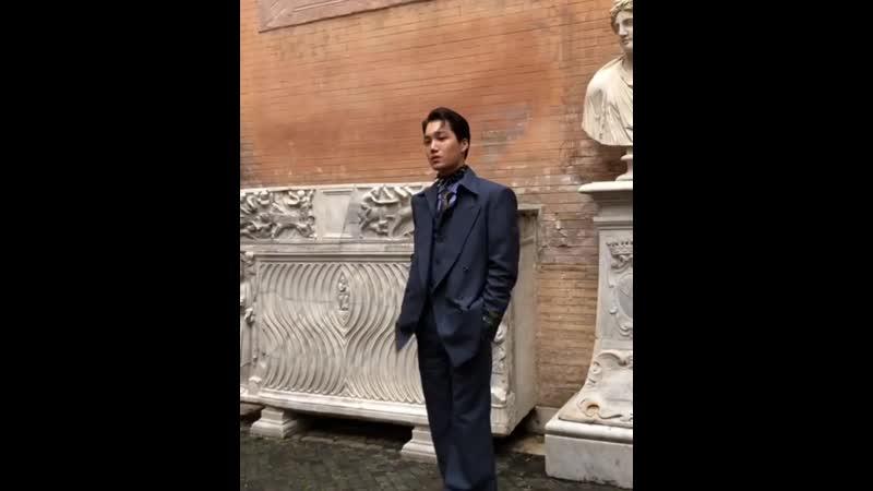 28일 저녁 로마 카피톨리노 박물관 일대가 마비되었습니다⚡️엄청난 함성이 향한 대상은 바로 엑소 카이였죠. 구찌의 2020 크루즈 쇼에 참석한 그를 보러온 팬들로 쇼장은 말그대로 인산인해를 이루었습니다. 고대 조각상들로 둘러싸인
