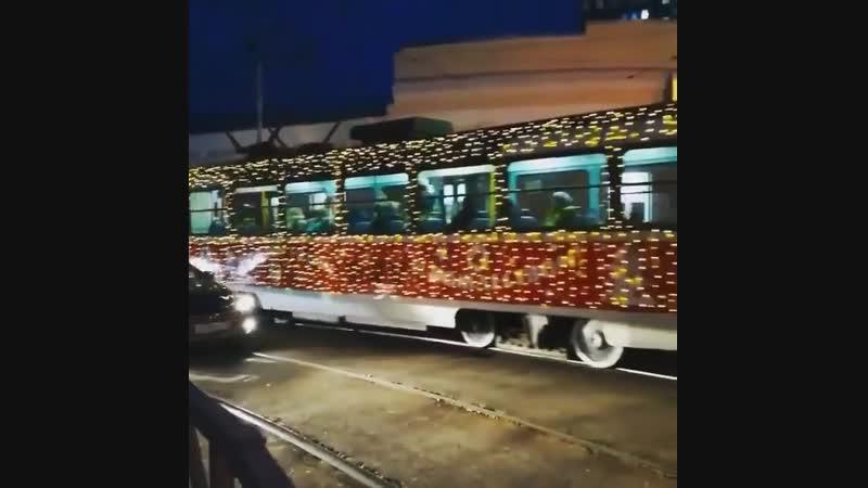 Вот такой новогодний трамвайчик ездит по Краснодару и создаёт нам предпраздничное настроение Автор nadi grek