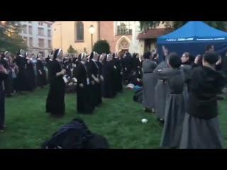 Монашки на службе слушают travis scott
