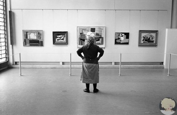Уборщица на выставке Пабло Пикассо в музее искусств Тель-Авива