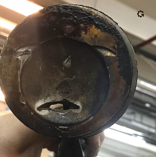 Именно так выглядит лицо поршня, когда он ударяется о клапан