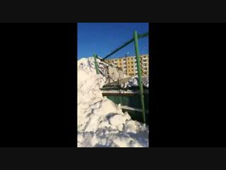На озере Карачи трактор разворотил каток