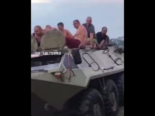 В Харькове десять голых пьяных на БТРе разогнали отдыхающих на пляже.