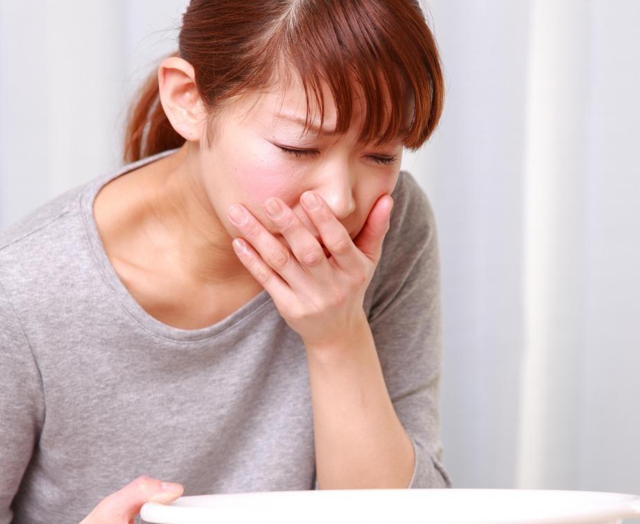 Ондансетрон HCI используется для лечения сильной тошноты и рвоты.