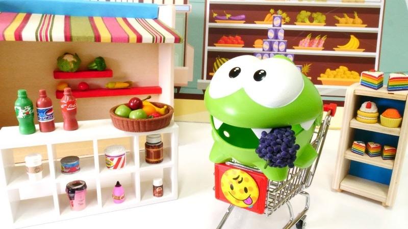 Om Nom alışverişe doyamadı. Çizgi film oyuncakları ile market oyunu